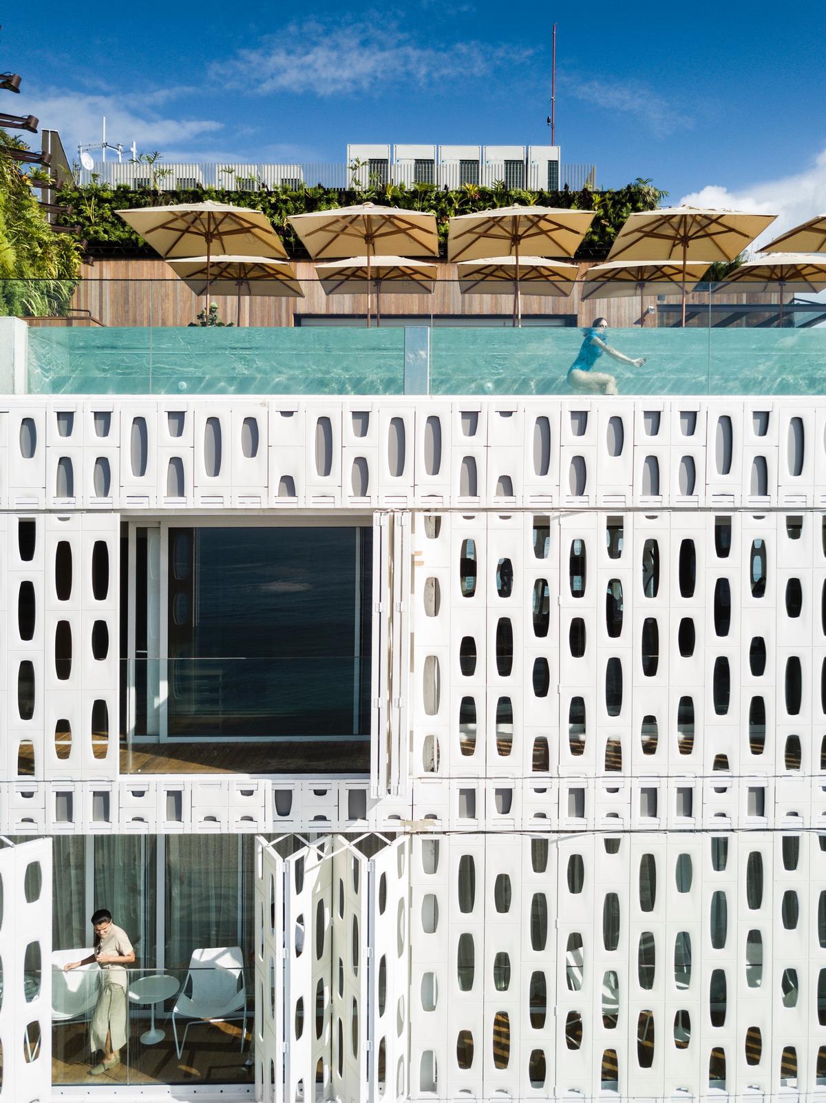 A pool and sky deck top the building, providing panoramic views of the beach and the Rio skyline / Fernando Guerra