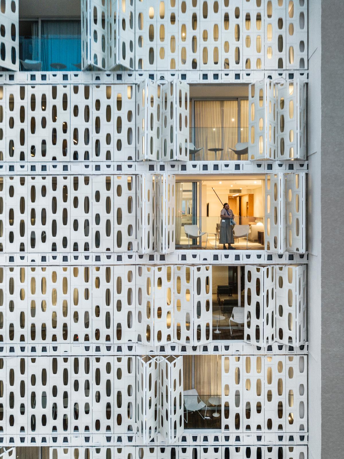 The exterior panels can be opened and closed from the bedroom balconies, resulting in a constantly shifting elevation / Fernando Guerra