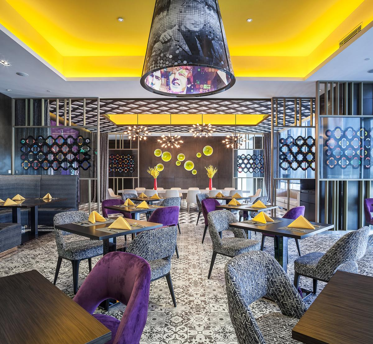 CL3 Architects, led by William Lim, were commissioned by developer Mission Hill Properties to design the Hard Rock Hotel Shenzhen / Nirut Benjabanpot