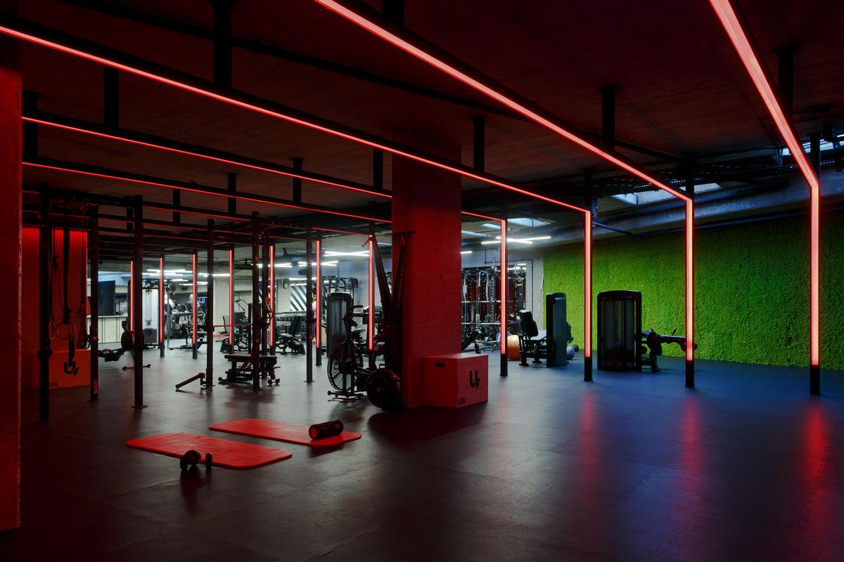 Green is used to facilitate more enjoyable workouts, red is used in keep-fit sessions to add a feeling of zest and energy, and blue is used in the weightlifting areas / U Energy