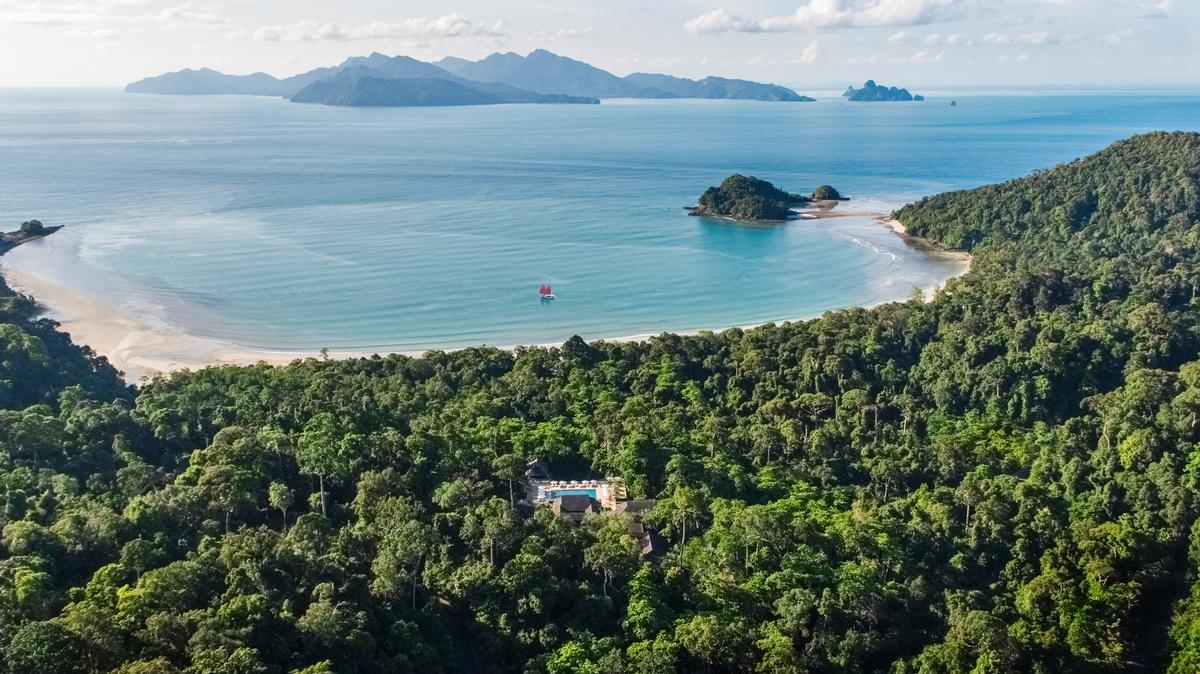 As with the original design, the latest interjections using predominantly natural local materials in order to give the resort a primary sense of belonging to the jungle / Datai Langkawi