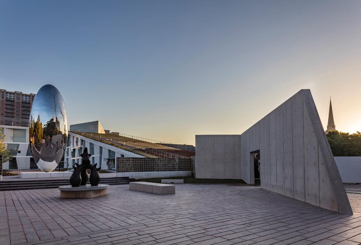 The plaza provides the dramatic setting for a reflecting pool, a shaded seating area and two monumental public sculptures / Richard Barnes