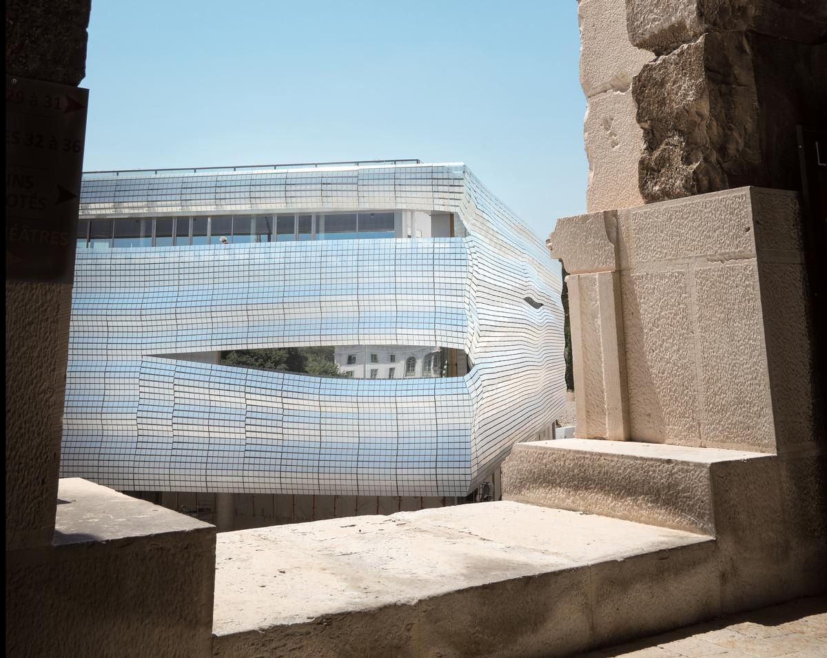 The distinctive exterior supports 6,708 glass strips across a surface of 2,500sq m (27,000sq ft)