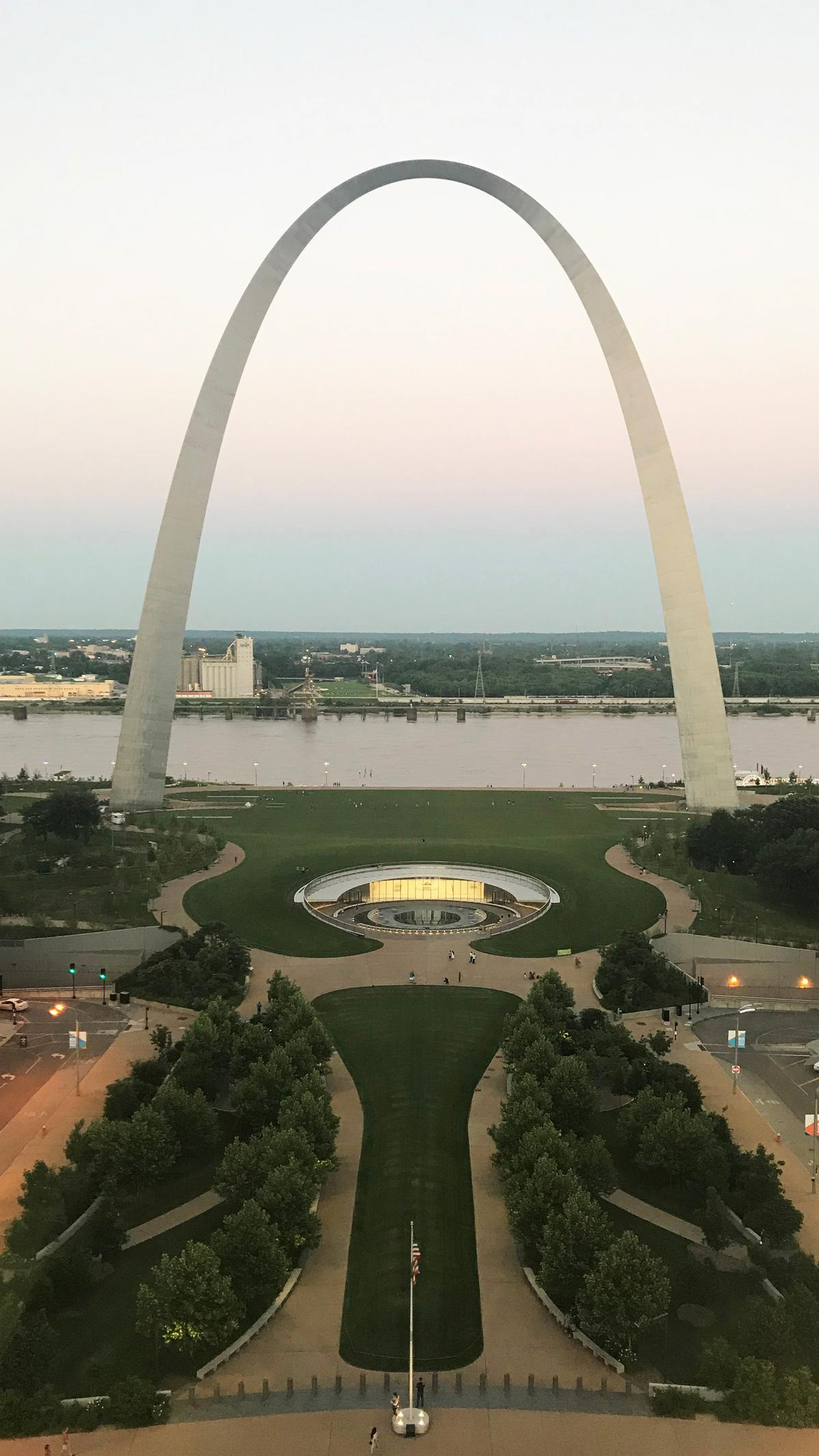 The expanded museum sits in the shadow of the Eero Saarinen-designed arch – the tallest structure of its kind in the world / Cooper Robertson