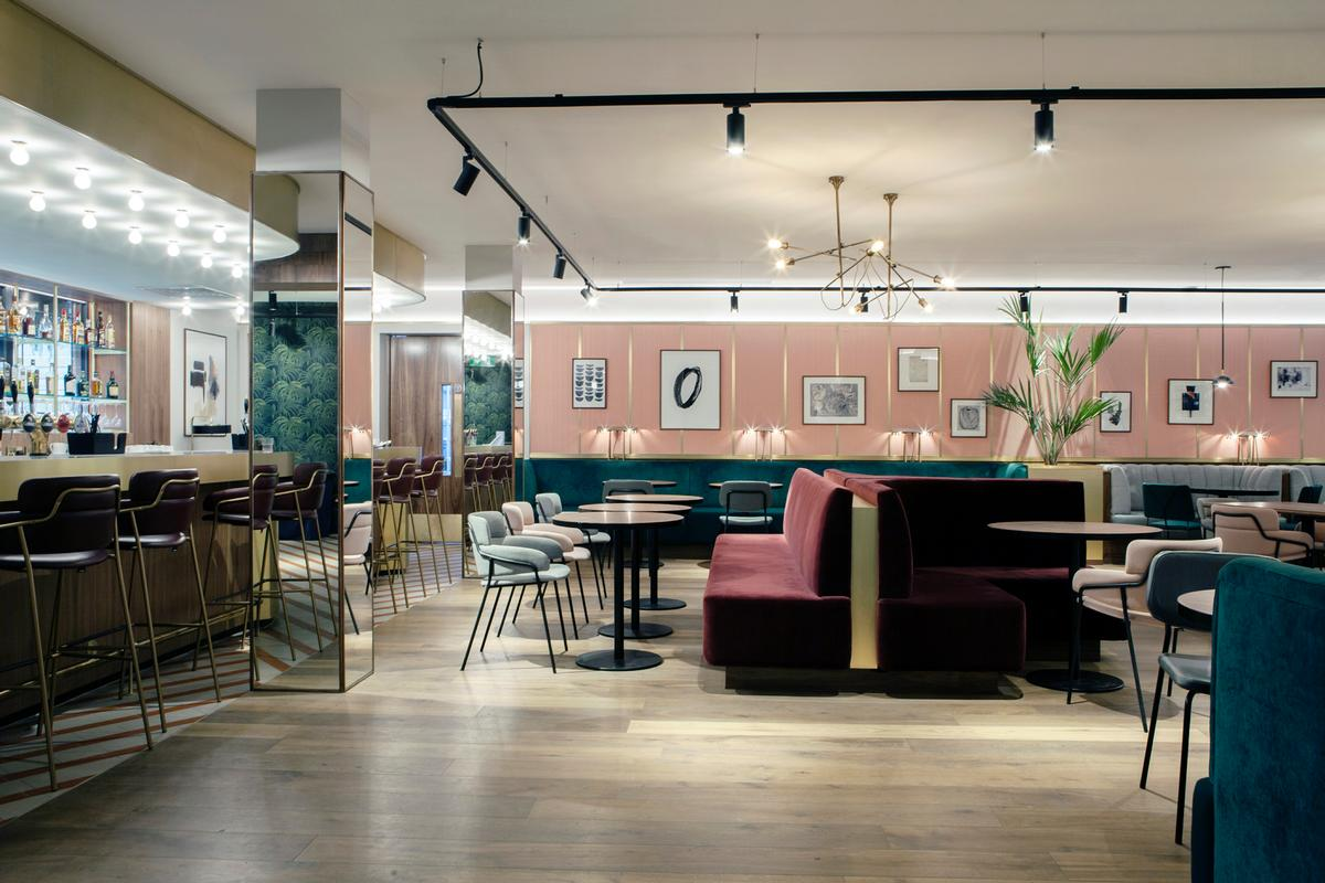 """Historical references have been evoked in the new renovation, which has """"playful and informal"""" bespoke design and detailing throughout / 21 Spaces"""