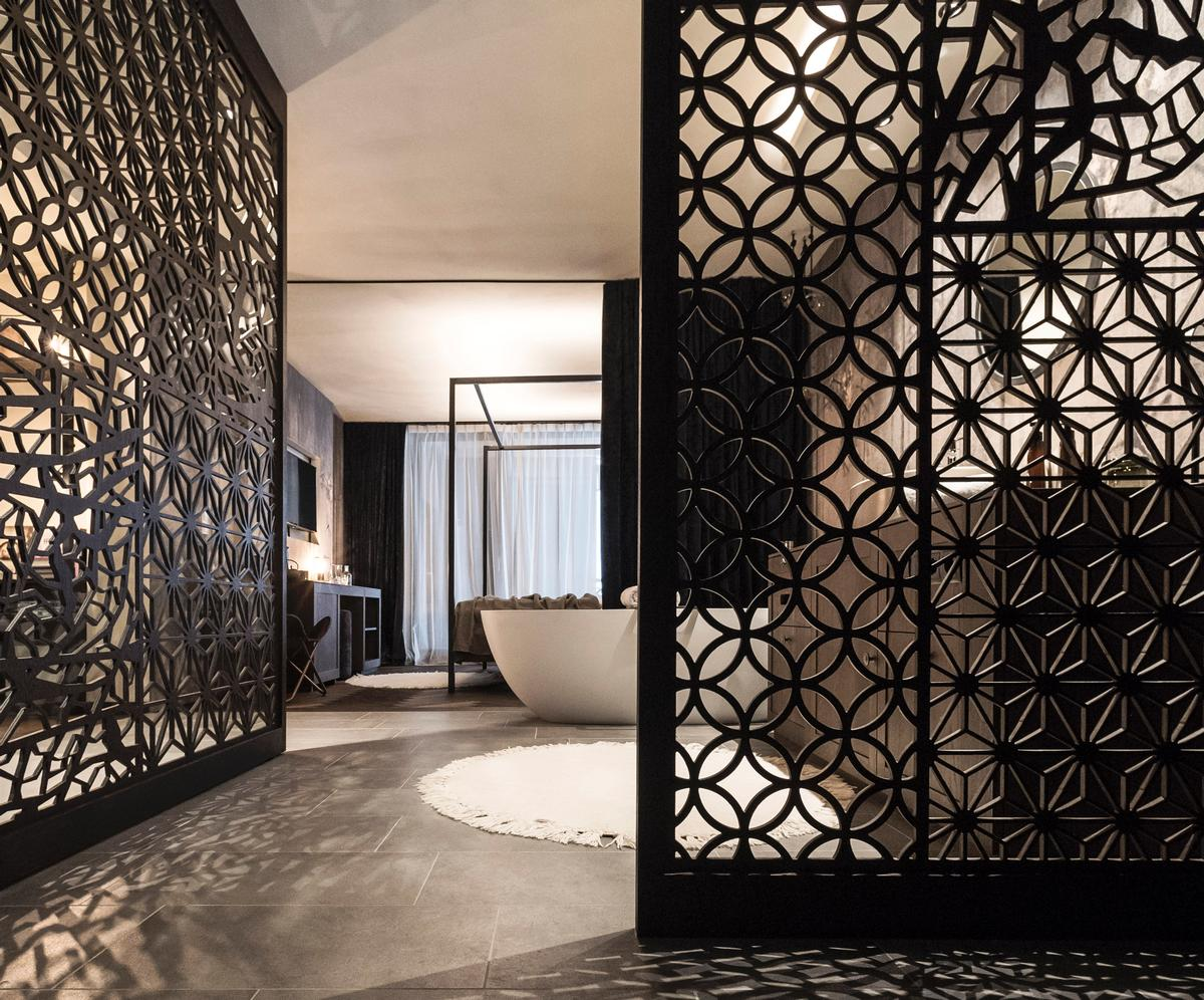 An Asian-style pattern recurs inside be that in the rooms and the bathrooms / Alex Filz