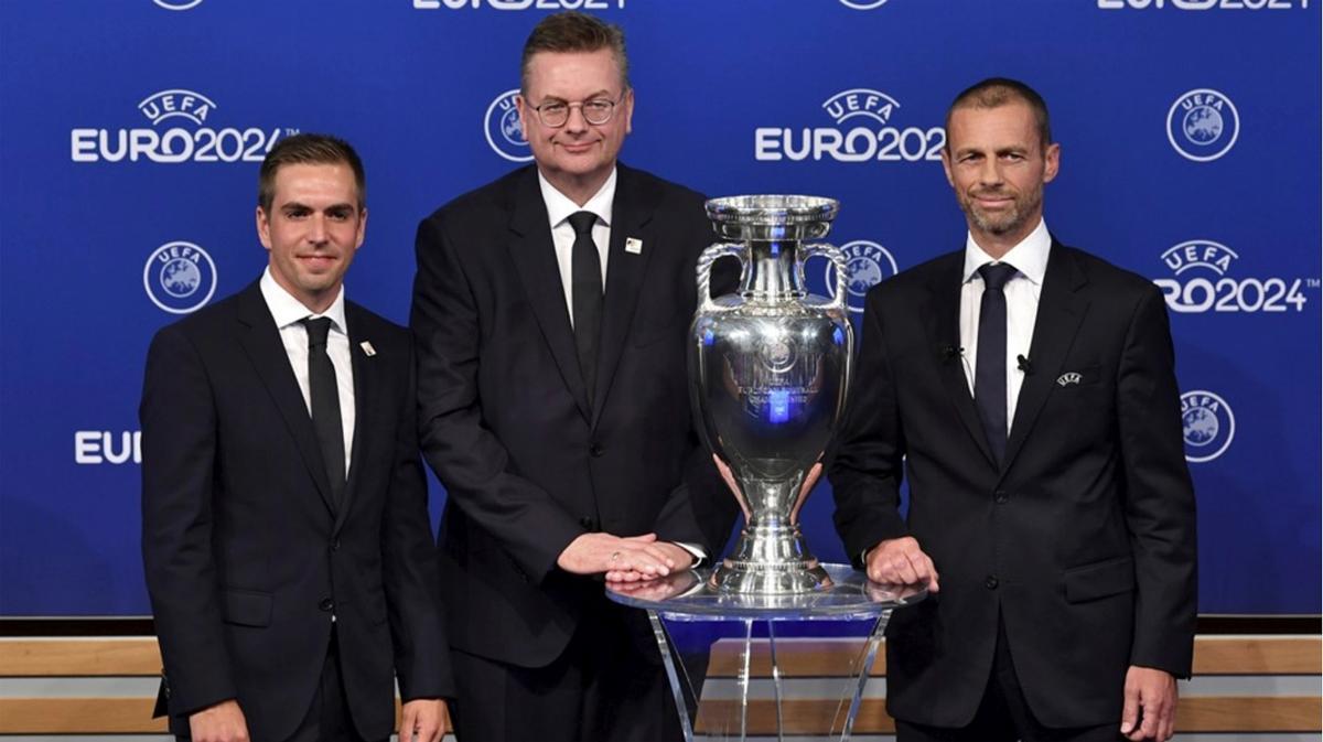 Philipp Lahm, the ambassador for the German bid (left) with DFB president Reinhart Grindel (centre) and UEFA president Aleksander ?eferin / UEFA