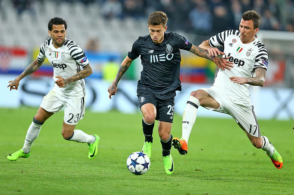 Porto's Otavio takes on Juventus' Alves and Mandzukic at Juventus Stadium / PA