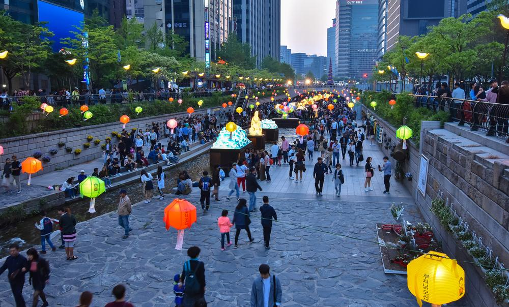 The Cheonggyecheon in Seoul / shutterstock