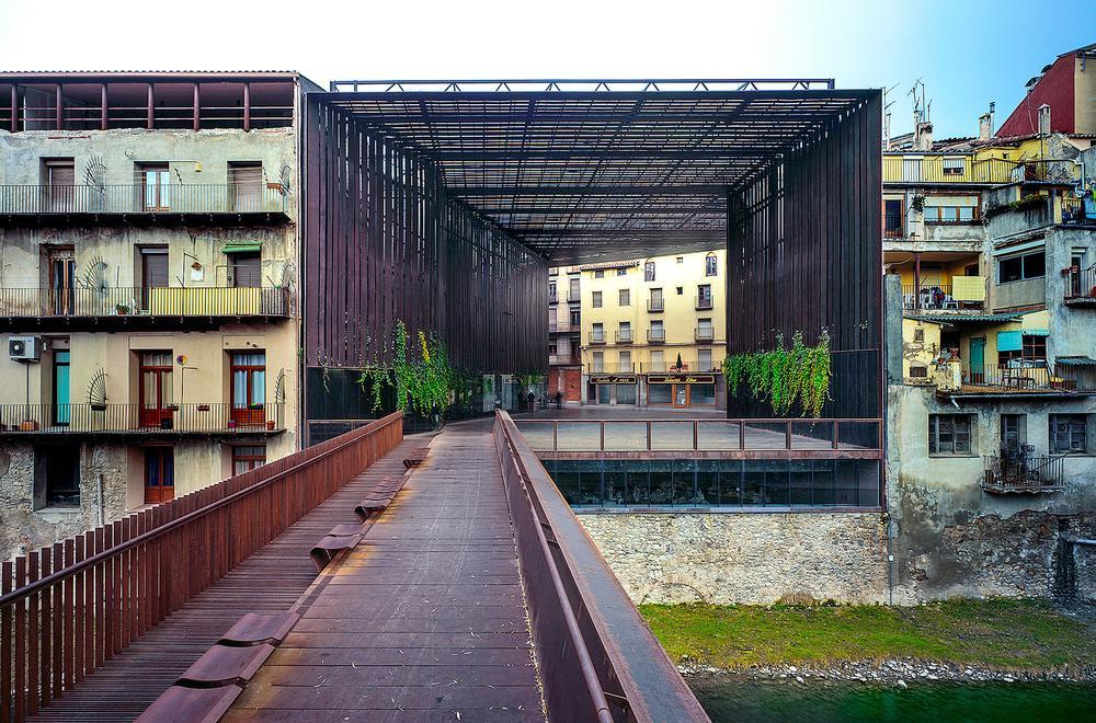 RCR designed a public space in place of the demolished La Lira theatre in Ripoll, Spain / Photo: Hisao Suzuki