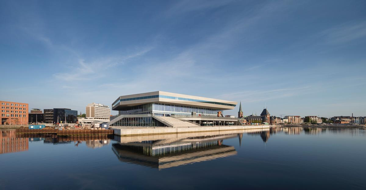 The building's higher levels are contained with a polygonal structure, which the architects intended to create an impression of rotation and movement / schmidt hammer lassen architects