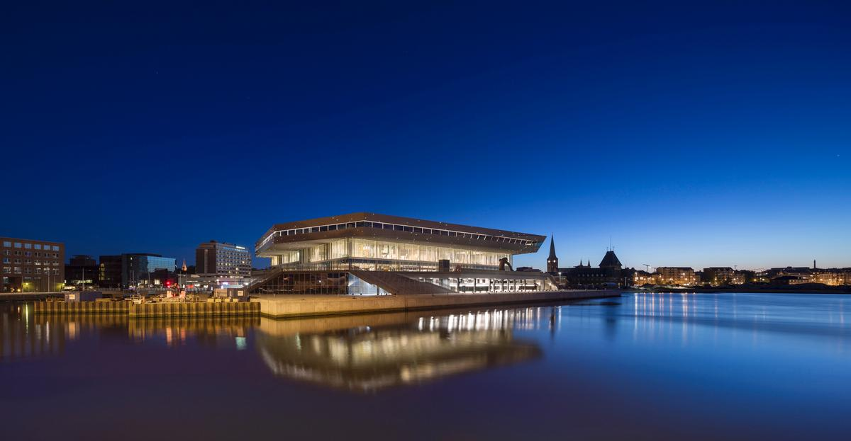 The library sits on the banks of the Aarhus River / schmidt hammer lassen architects