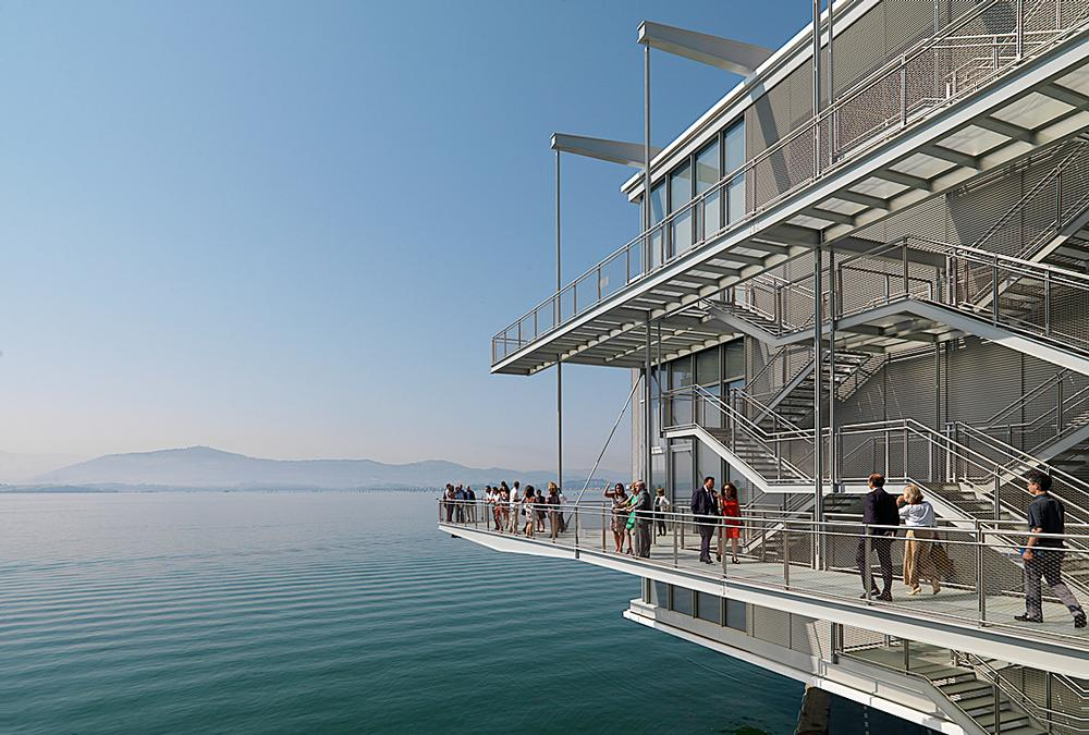 Visitors can ascend the building via a network of exterior walkways and staircases / Enrico Cano