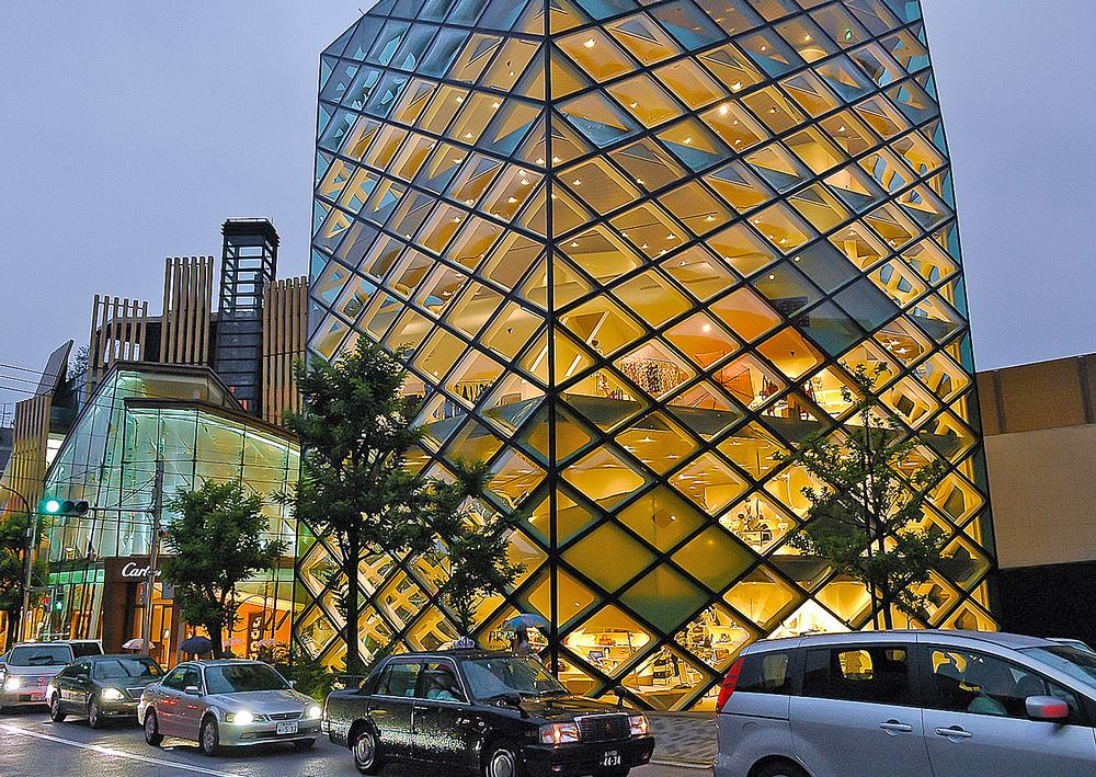 Like an artwork, Herzog & de Meuron signed the Prada store they designed for the Italian fashion house. The store opened in Tokyo in 2003 / PHOTO: Flickr / Yellow Mao