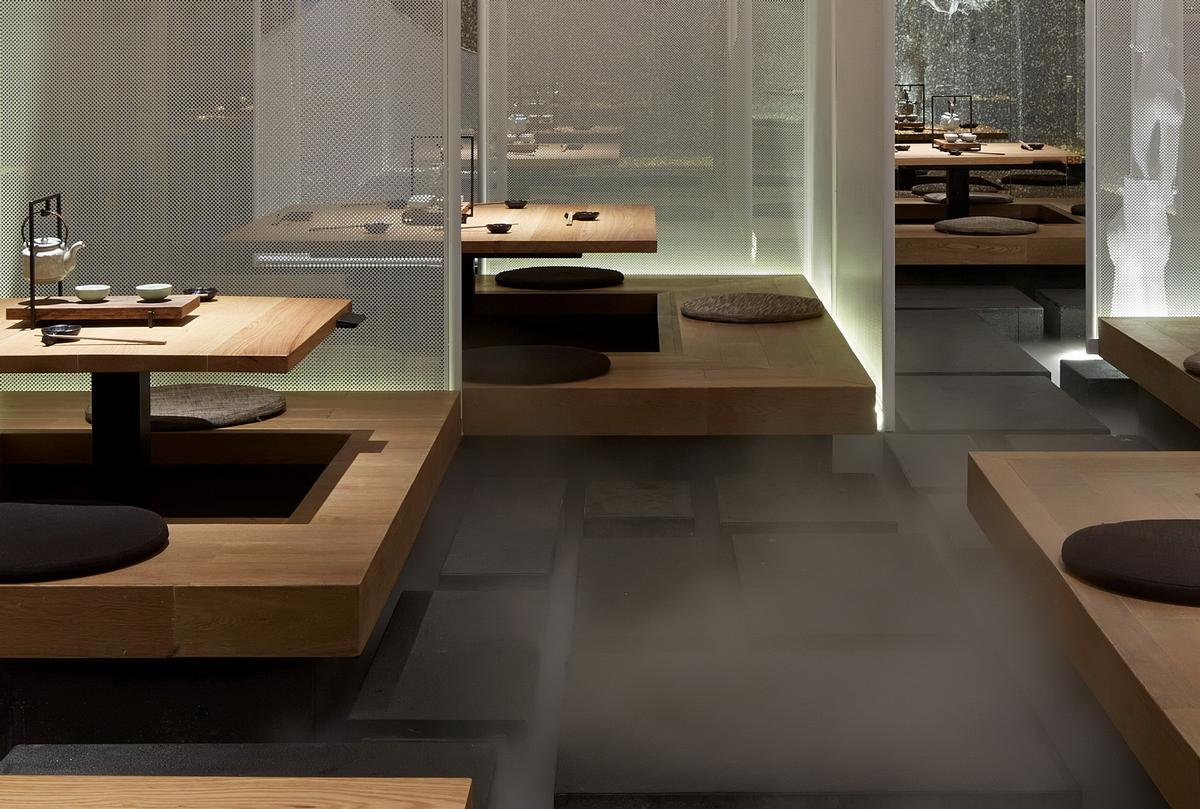 Fog covers the walkways to add an air of mystery to the restaurant / Sun Xiangyu