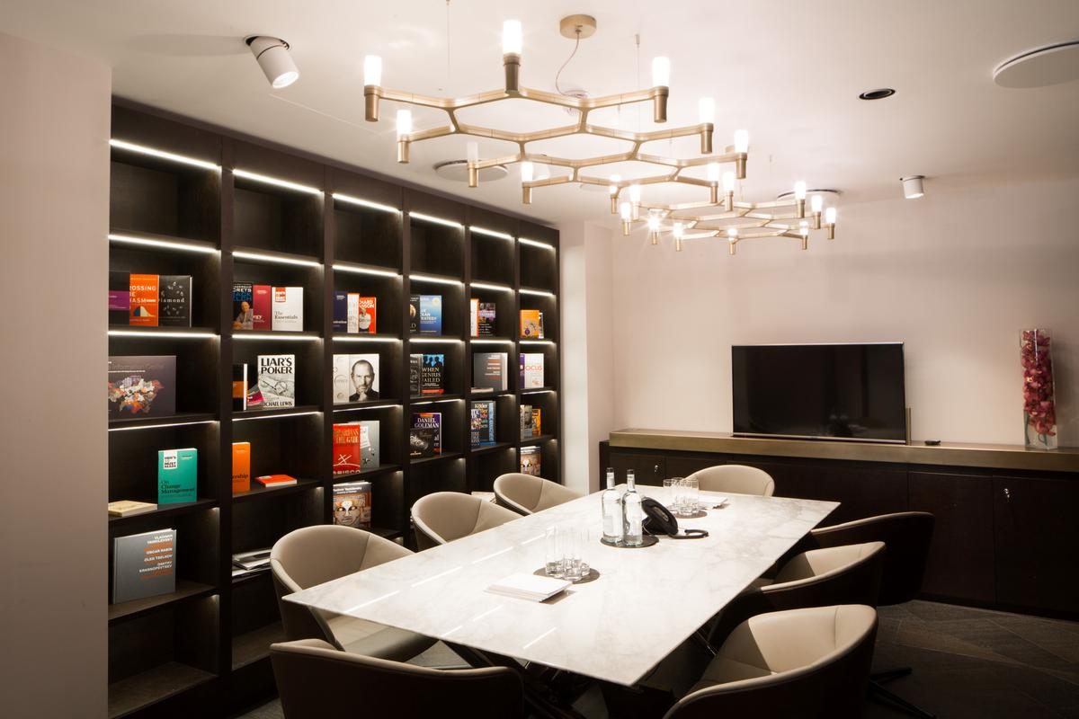 In addition to the leisure spaces, modern office and business facilities can be used by members / 12 Hay Hill