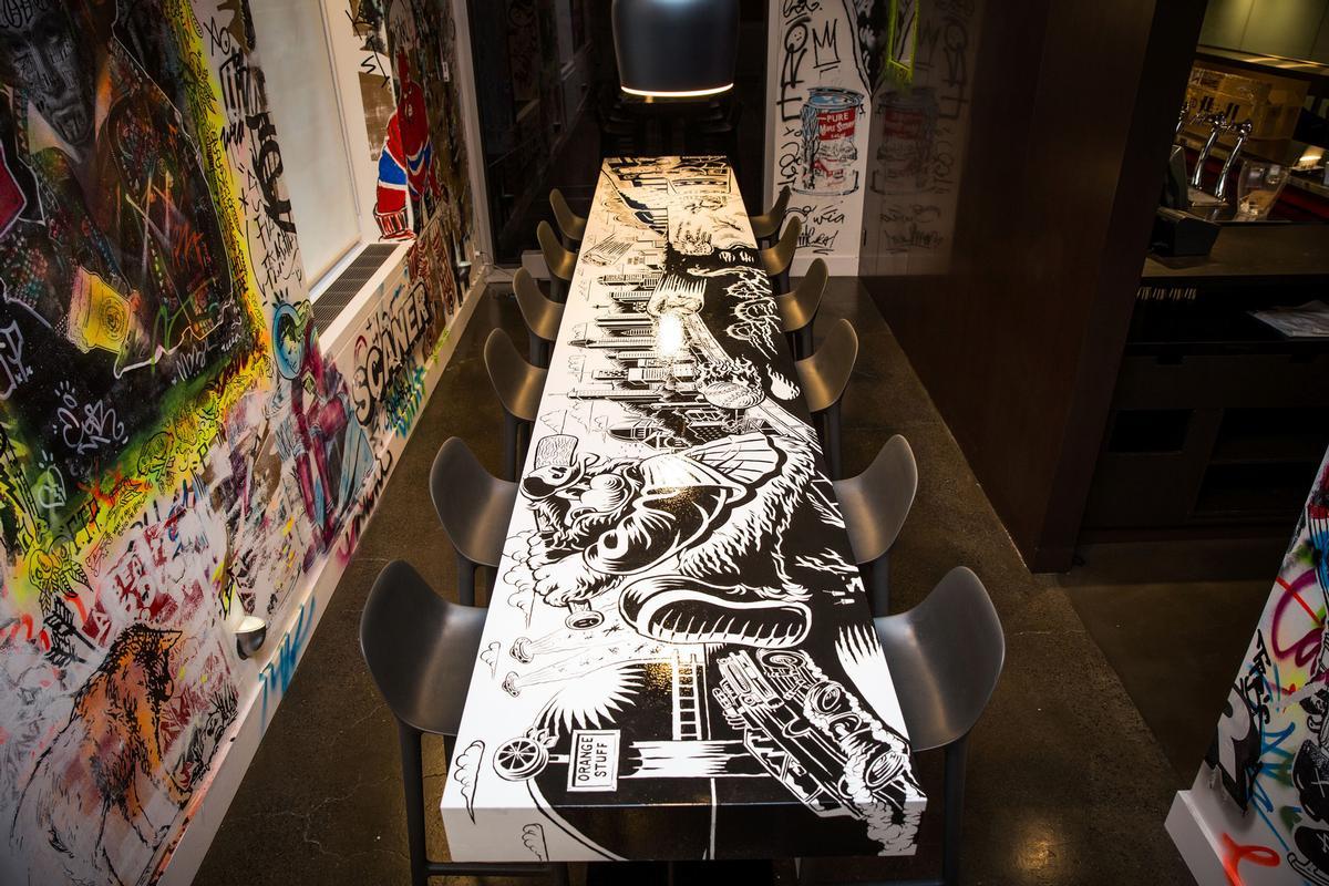 Artist Jason Wasserman designed ÊAT's distinctive tables / Patricia Brochu