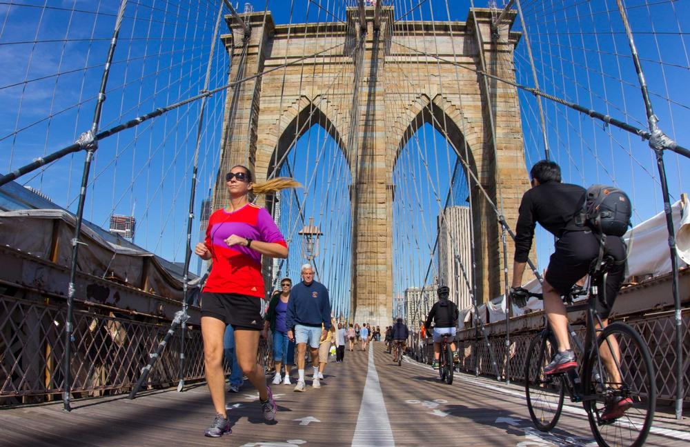 Music broadcast on the W.B.B.R radio app can only be heard by runners crossing the Brooklyn Bridge / PHOTOS: SHUTTERSTOCK.COM