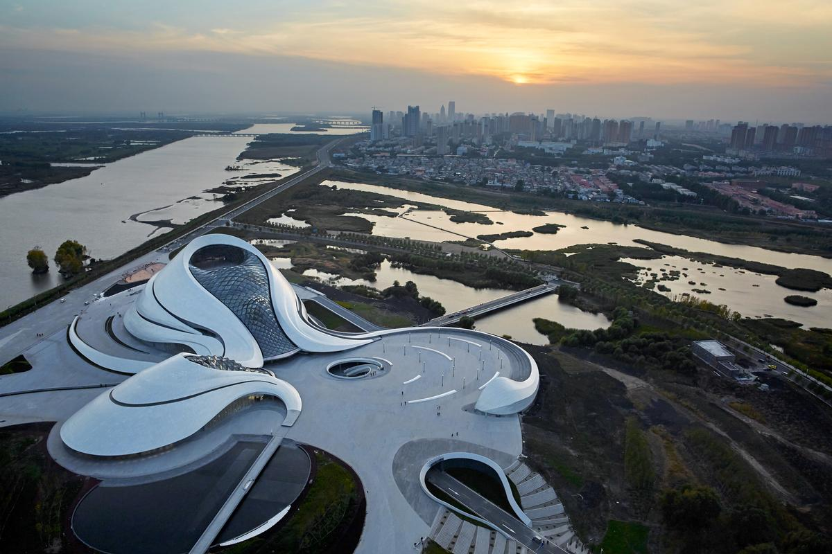 Located within the wetlands surrounding the Songhua River, the Harbin Opera House has been designed as a response to the region's untamed wilderness and chilly climate / Hufton+Crow