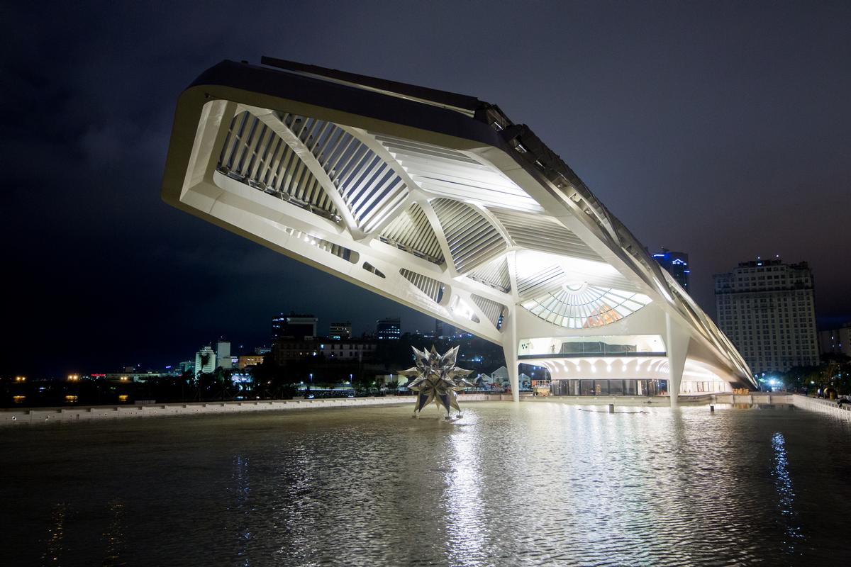 Public gardens, a pedestrian walkway and bike paths are located around the museum and a vast reflection pool extends from the front of the museum to the bay / Santiago Calatrava Architects and Engineers