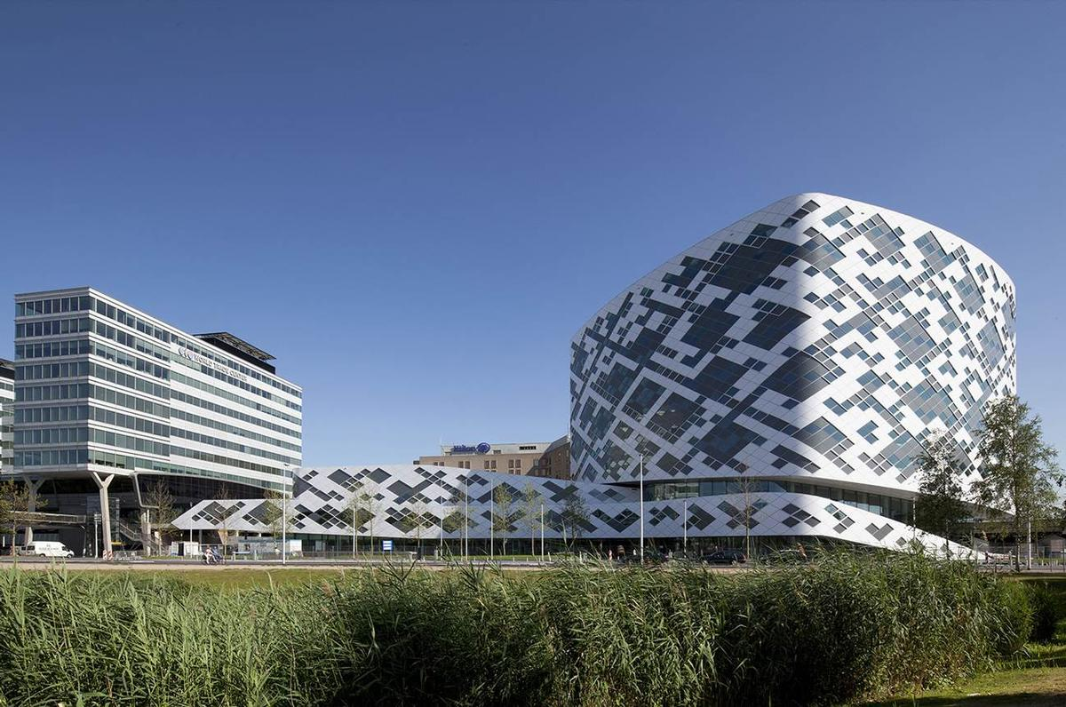The Hilton Amsterdam Airport Schiphol has been designed to make a strong visual impoacy