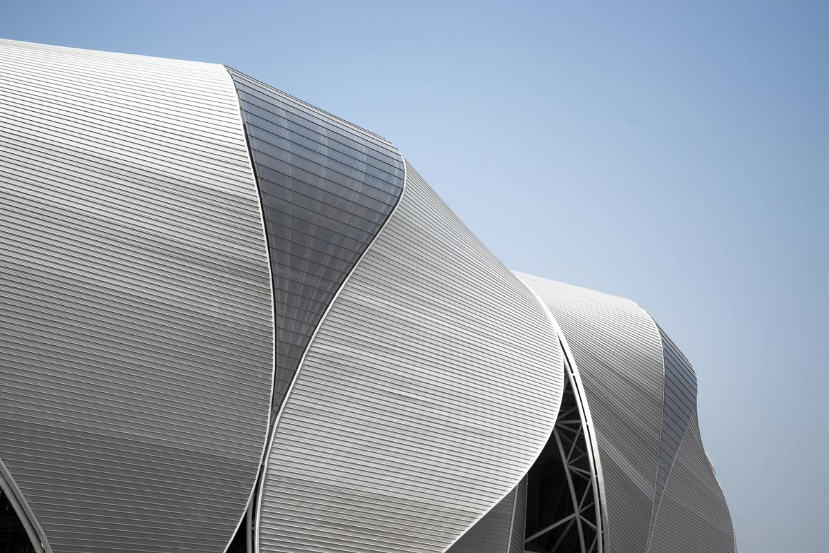 Larger and smaller petals combine together around the perimeter of the stadium / NBBJ Design
