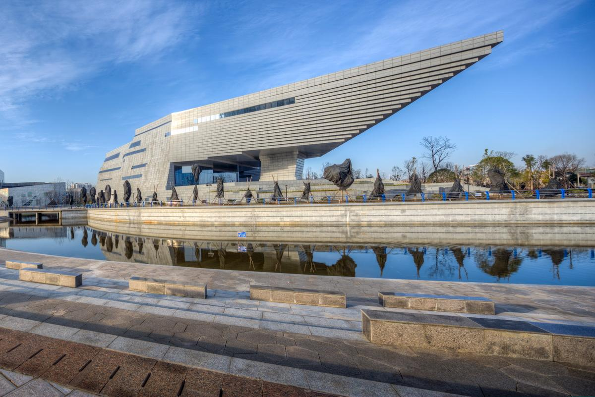 The contemporary building houses some of China's oldest artefacts / Atelier Alter