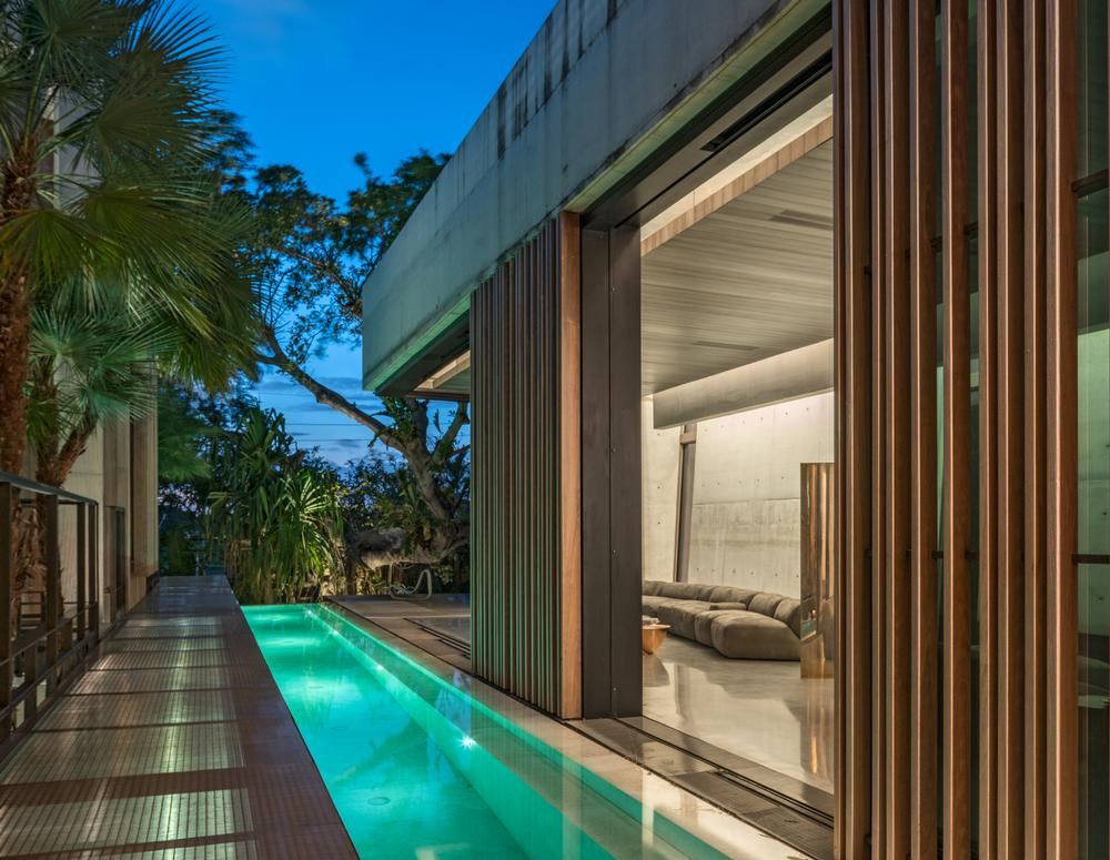The home's elevated position makes it feel like a calm haven away from the bustle and urban activity of the neighbourhood / Michael Stavaridis/ Rene Gonzalez Architects