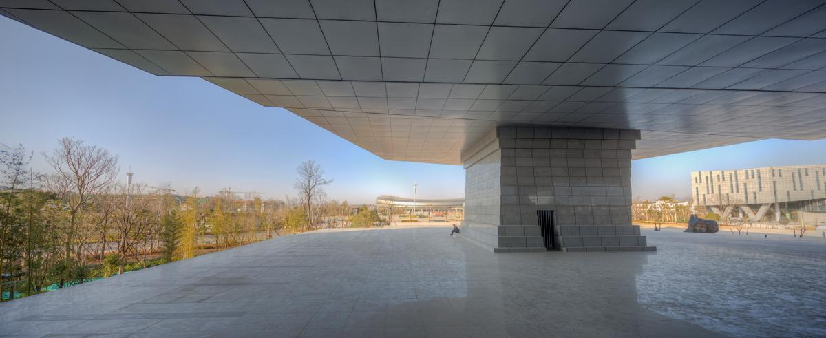 One end of the museum rests on a plinth, giving the impression it's floating / Atelier Alter