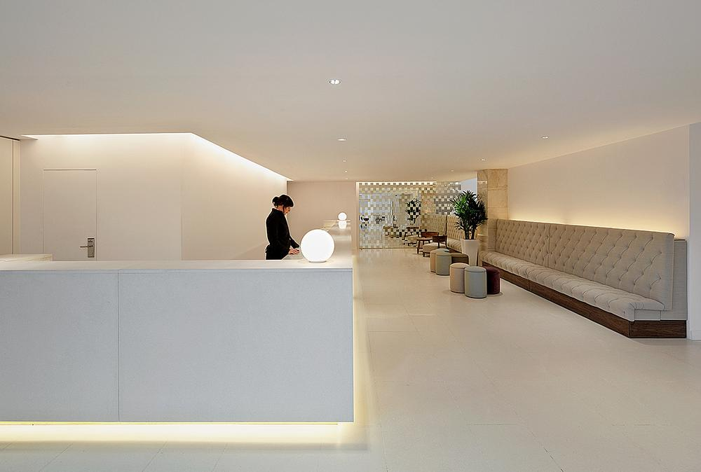 The space is flooded with natural light / Photos of the Hilton Barcelona: Peguenaute