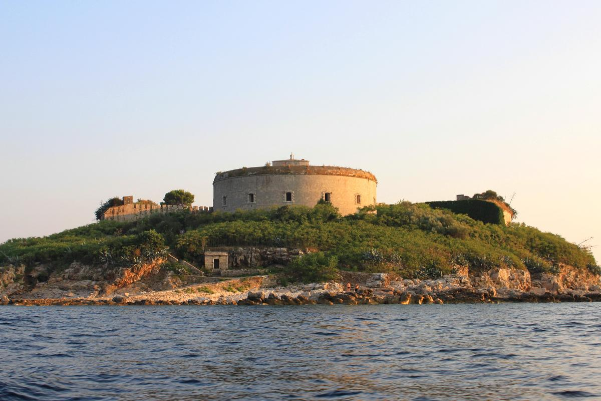 The 19th century fortress currently lies in near-ruins / Hons084
