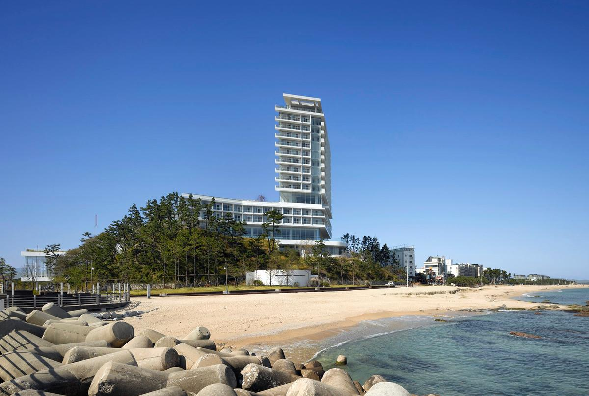 The project is Richard Meier's first major hotel, and his first design in South Korea