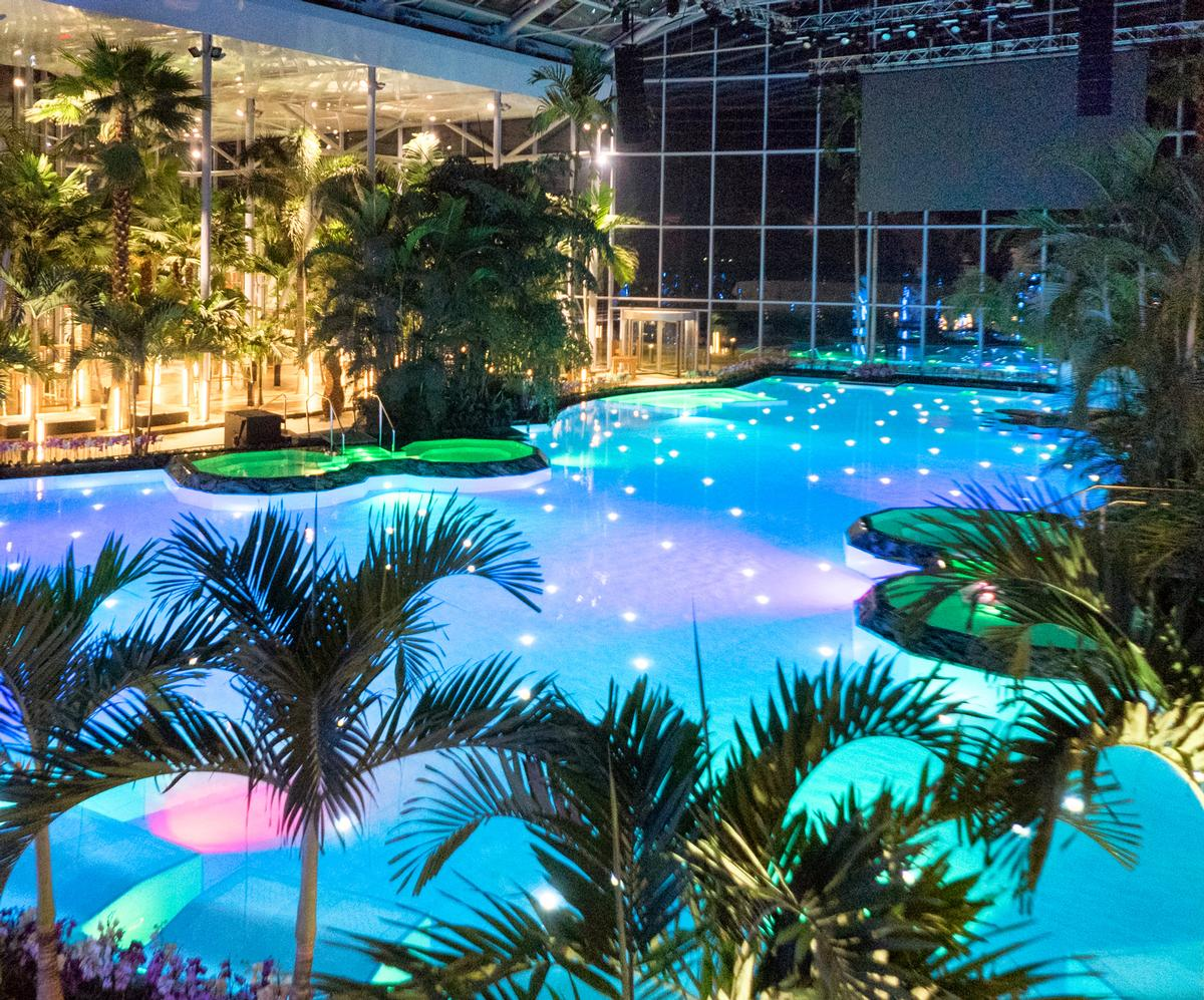 The Therme Bucharest can accommodate 4,000 guests at once, and features eight swimming pools, seven saunas and fifteen slides / Therme Bucharest