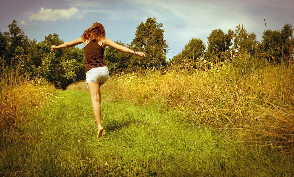 Grounding – direct physical contact of the human body with the earth – is said to boost health and help you feel better / photo: shutterstock.com/Joyce Vincent