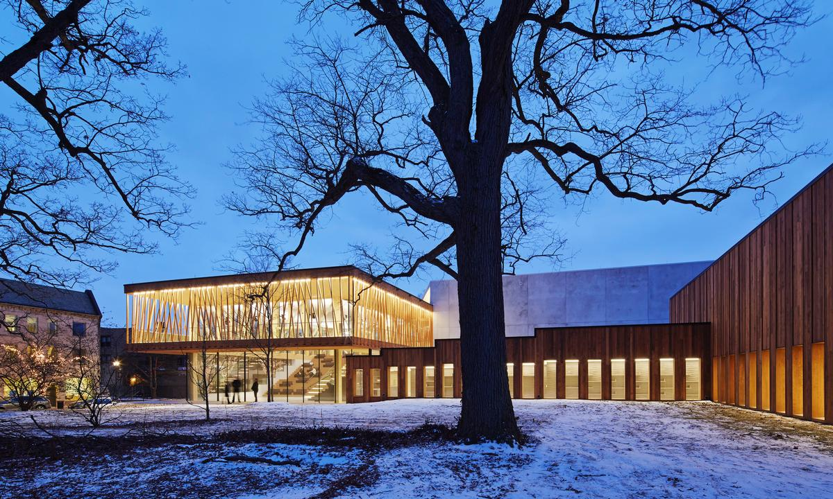 The lobby is structured by timber Vierendeel trusses, integrating the building with the surrounding trees / Steve Hall for Hedrich Blessing