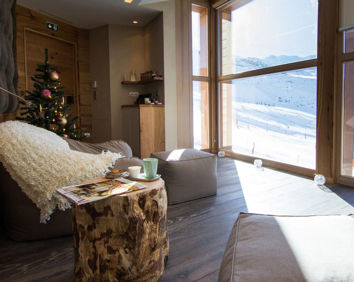 The spa is decorated with wood, designed to create an atmosphere of warmth, comfort and calm amid the snowy Alpine location