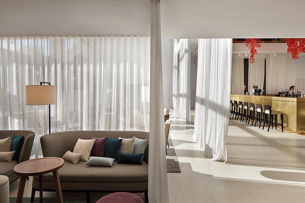 Drapes are used to subdivide the lobby area / Photos of the Hilton Barcelona: Peguenaute