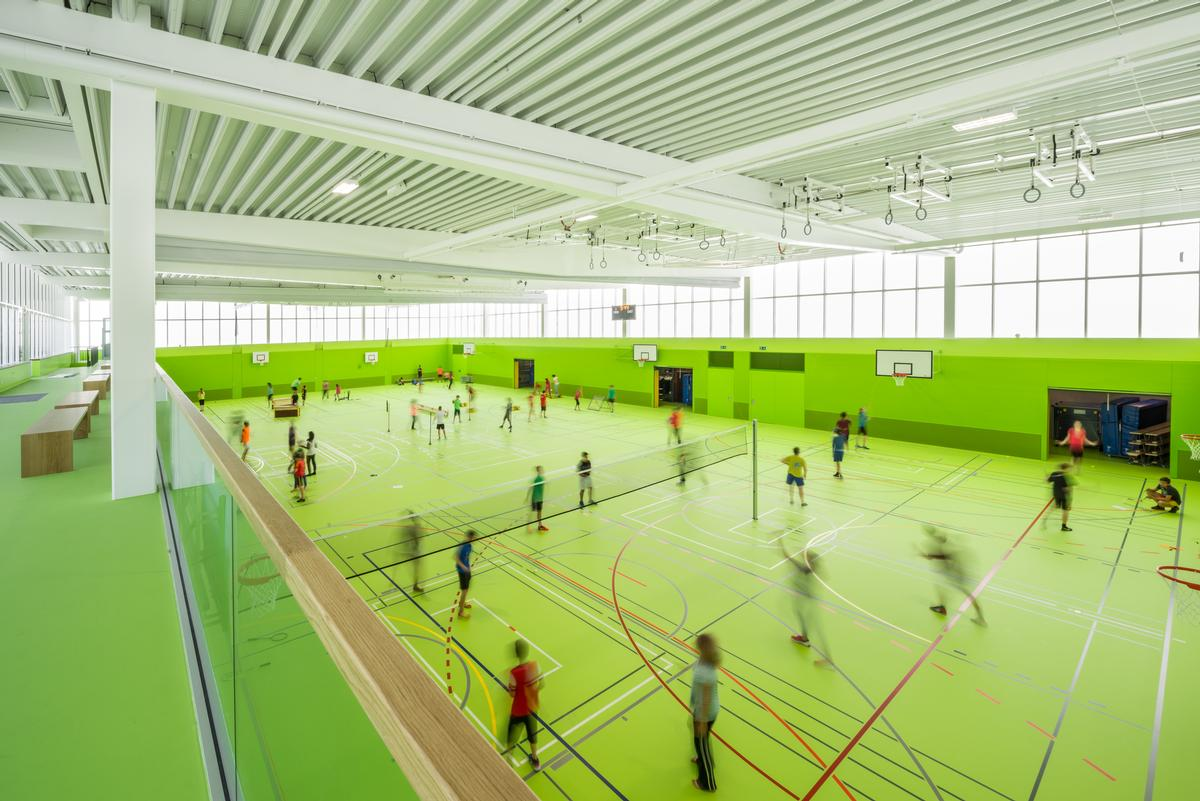 The main sports hall has been painted a vibrant green to appeal to the children who use the facility / Sue Baer Fotografie