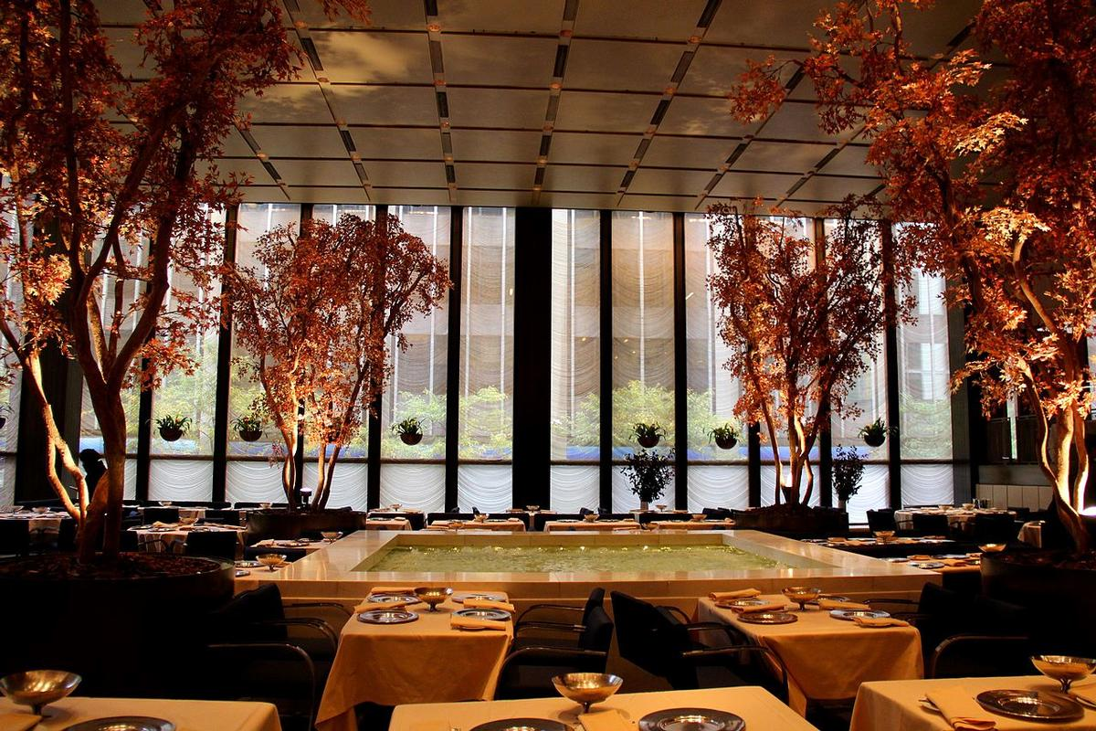 The restaurant, which opened in 1959, was designed by Philip Johnson and building architect Mies van der Rohe to be as luxurious and modern as possible / Wiki Commons