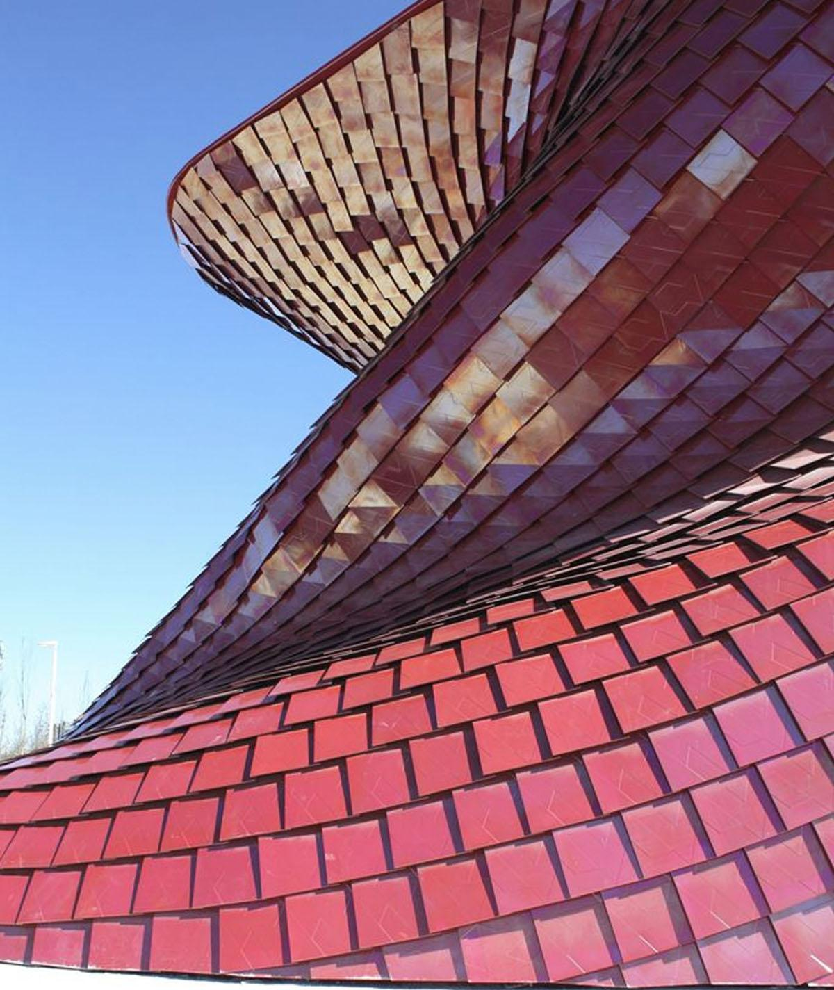 The panels have a metallic surface that changes as light and viewpoints shift / Studio Libeskind