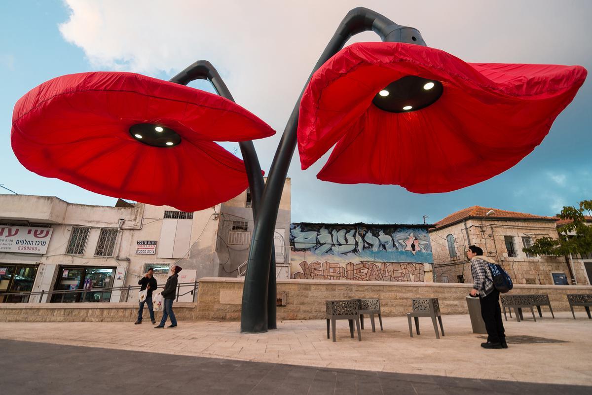 HQ Architects created a pair of giant flowers in Jerusalem which bloom when they sense people approaching / HQ Architects
