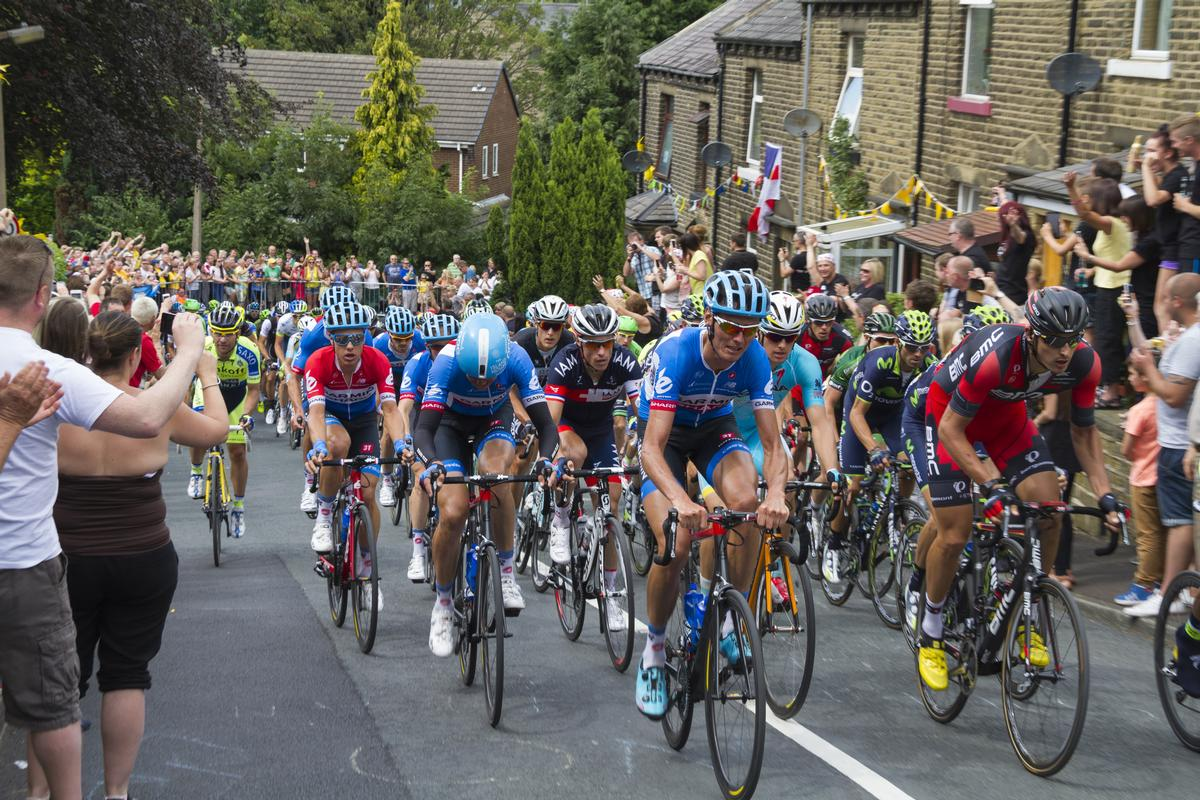The peloton riding up Hullen Edge Lane in Yorkshire during the stage 2 of Le Tour de France 2014 / chris2766 / Shutterstock.com
