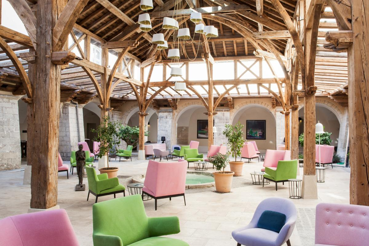 Other refurbishments to the property include the addition of a number of arches and openings, as well as a large timber structure courtyard created by Les Compagnons du Tour de France / L'Occitane