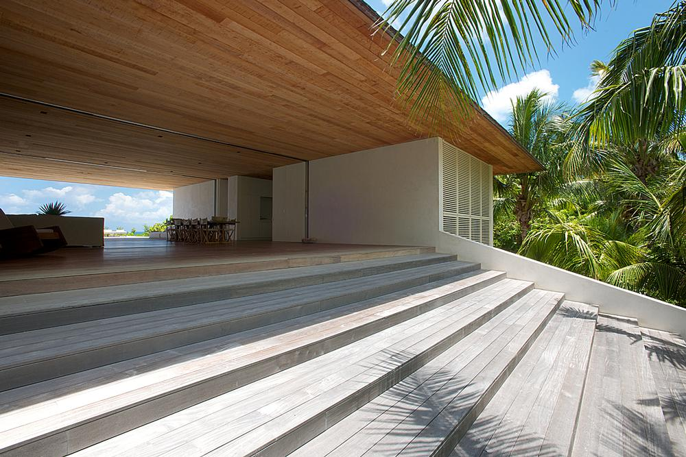 House on a Dune is a pavilion-style residence with living spaces arranged around a central breezeway