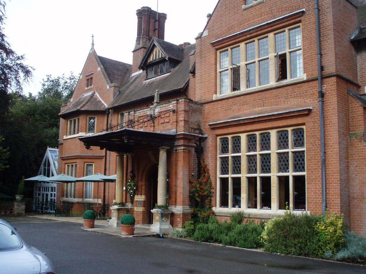 The Neo-Jacobean mansion sits on a 20-acre estate and boasts a wide range of facilities / atobhomes.blogspot.co.uk