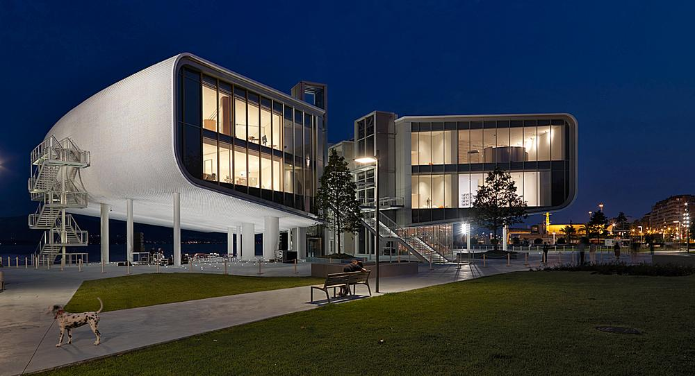 Renzo Piano's elevated Centro Botín art museum / Enrico Cano