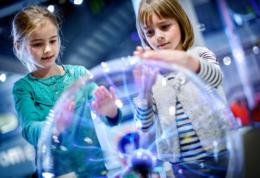 Children learn about electricity with the plasma globe at NEMO