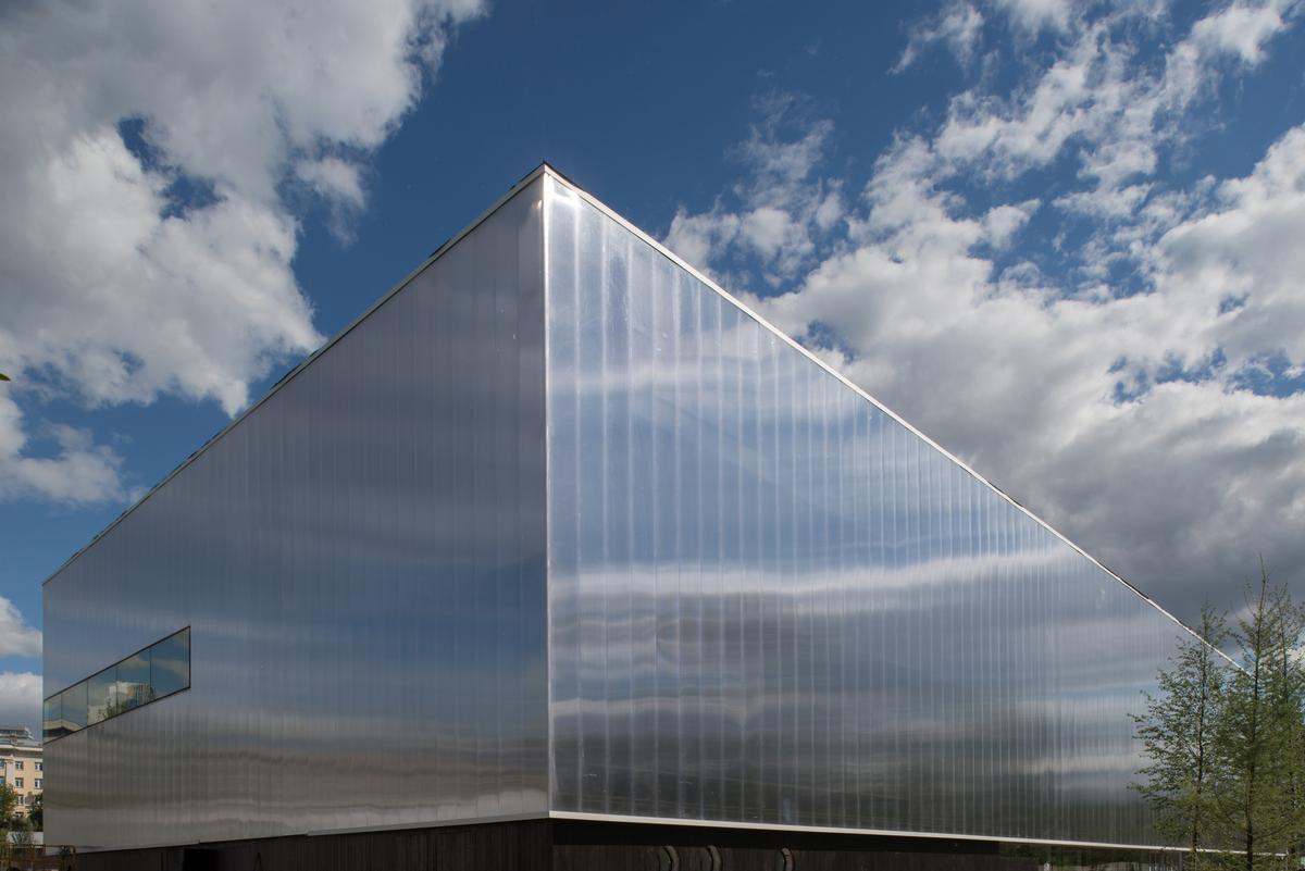 OMA's polycarbonate facade wraps around the concrete building / Yuri Palmin / Garage Museum of Contemporary Art