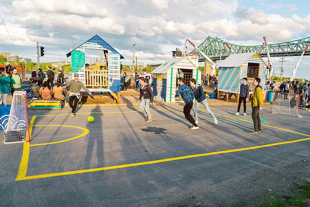 The Village au Pied-du-Courant features basketball courts