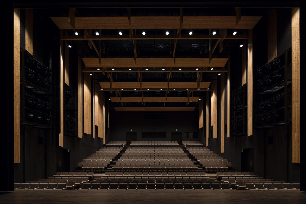 The events halls provide space for public performances / Fujitsuka Mitsumasa